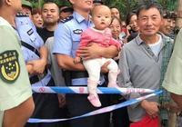 """群眾看熱鬧 警察幫忙抱娃娃 廣元警察""""奶爸""""成女兒節最靚看點"""