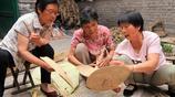 66歲大媽學會一門編織手藝 天熱了賣的好 帶領全村婦女都致富了