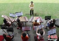 """在印尼""""玩轉""""中國民族音樂的""""父女幫"""""""