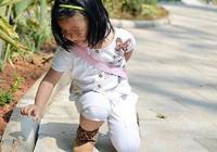 女兒蹦蹦跳跳的走著 突然一下就不見了 媽媽的反應讓人感動不已