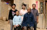 32歲王二妮全家近照,送丈夫豪車農村父母房子,現在還做了大官!