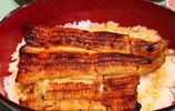 鰻魚飯是將鰻魚沾上又甜又鹹的調味醬,然後在白米飯上蓋上配菜鰻魚製成的蓋澆飯,也叫鰻魚蓋飯