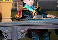 應採兒稱Jasper縣太爺扮相像韋小寶,網友:是韋小寶沒錯了