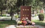 原海軍司令張定發墓,墓前鮮花環繞,墓碑上五角金星有特殊寓意