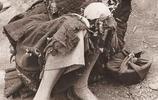 1942到1943年河南大饑荒老照片:百姓扒樹皮吃,蔣介石看到腿發抖