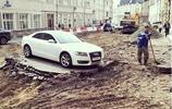 奧迪汽車停在施工路段,施工工人只好無奈為其留路