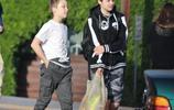 朱莉子女現身街頭,希洛黑白配穿搭清新,11歲諾克斯好似翻版皮特