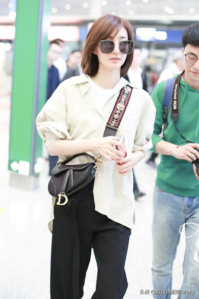 王麗坤簡約休閒風穿搭青春靚麗,機場遇粉絲可愛甜笑