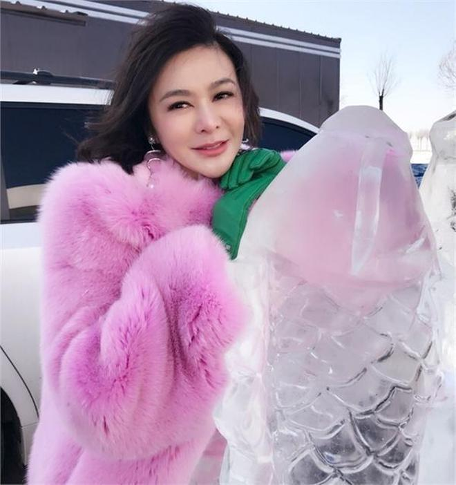 皮草好但難駕馭,55歲關之琳穿粉色皮草扮嫩,趙雅芝那英卻被罵慘