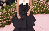 佩內洛普·克魯茲現身紐約,身穿黑白拼接連衣裙,顯得優雅大氣