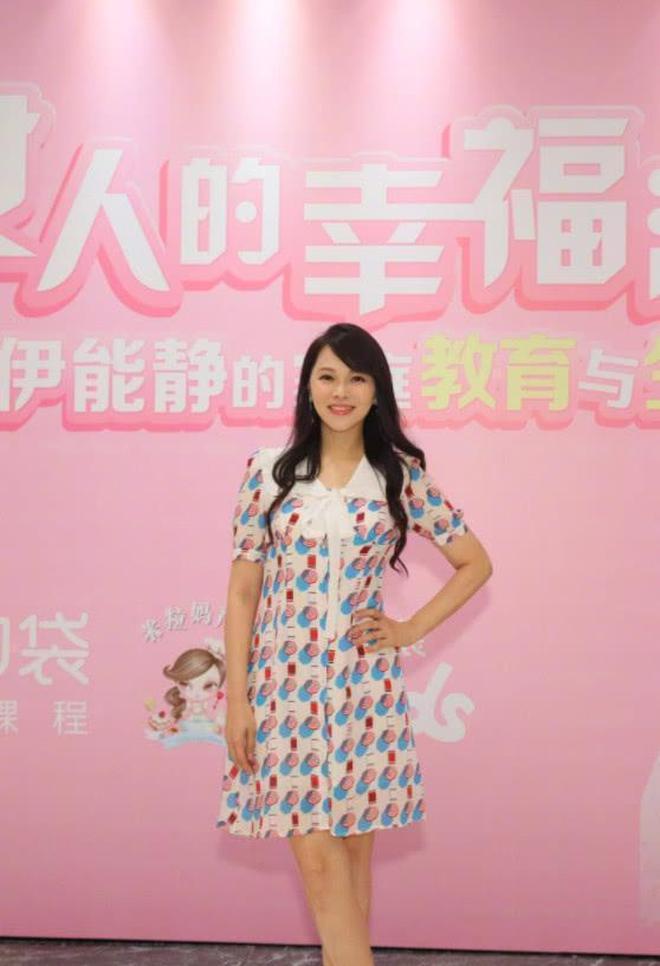 50歲的伊能靜越活越年輕,印花裙穿出了少女感,網友:這身段完美