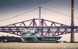 比遼寧艦如何?實拍伊麗莎白女王號航母穿過福斯橋,霸氣滿滿!