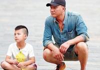 8歲康康開賽車氣場兩米八胡軍驕傲 網友:虎父無犬子!