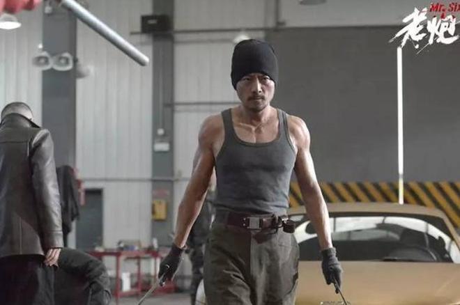 張涵予身穿27萬的肌肉服裝,還是輸給了這位連長,又一位硬漢大叔