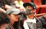關曉彤與吳磊同臺觀看演出,吳磊口罩這面戴眼鏡斯文少年
