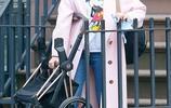 黛安·克魯格休閒隨性穿搭現身街頭,對鏡比中指擺星架