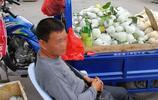 50歲:水果攤販,賣水果只夠賺飯錢,身邊朋友賣水果卻能賺大錢