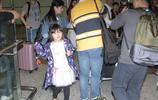 王嶽倫攜女兒王詩齡抵上海機場,小公主肉嘟嘟很是可愛!