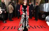 李宇春紐約出席慈善會,一襲紅黑禮裙秀好身材,孔雀刺繡活靈活現