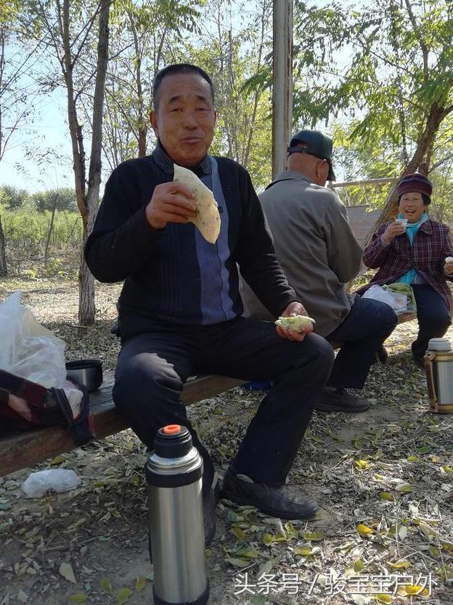 實拍:河北老人早出晚歸80元一天到北京打工,地裡吃飯也很開心