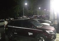 小區車庫臨時停車服務被取消 車主用車堵門
