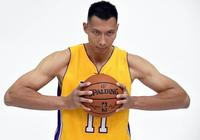 他是中國男籃第一人,1分鐘簽下1億合同,坐擁高顏值模特嬌妻