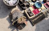 實拍農村大集老物件,一種小刀的用途眾說紛紜,清石頭啞鈴300元