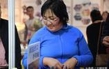 蒙古國大媽一家三口中國逛展銷會 50塊錢給老公買眼鏡 稱質量真好