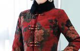 高鐵上,被一70後女人驚豔了!是唐裝,是香雲紗,還是旗袍外套