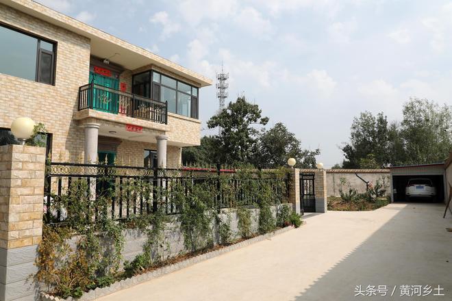 農村大哥北京打工返鄉花百萬蓋別墅買豪車,如此敗家卻讓村民點贊