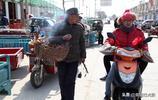 6旬老人趕年集賣家養老母雞12元1斤不搞價,城裡人說不貴