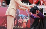 馮紹峰西裝加身出席某活動,與粉絲親密互動親和大方