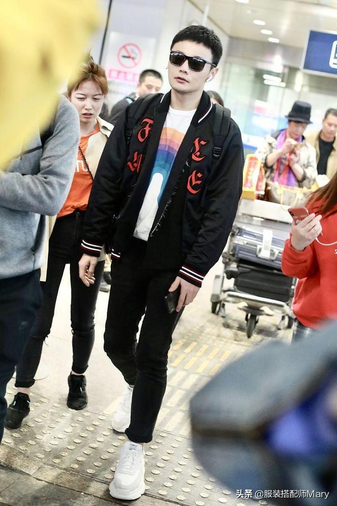 李榮浩時尚休閒風穿搭現身機場,架帥氣墨鏡氣場逼人