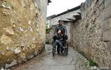 貴州男孩患腦癱,爸爸不要他媽媽打工掙錢,62歲的姥爺照顧他10年