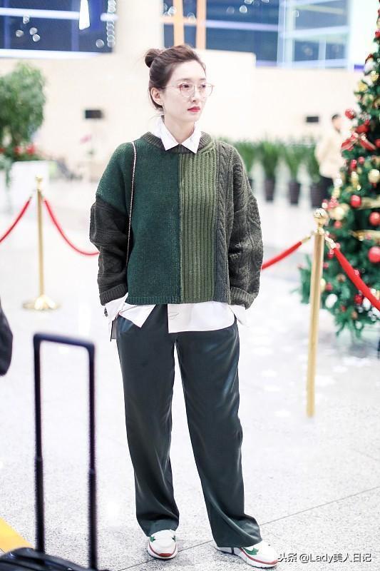 江疏影拼色毛衣+蛇頭包酷似大佬!內搭的襯衫太好看了,抱大腿中