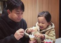 黃磊與小女兒同框吃冰淇淋,開心自拍,畫面溫馨甜蜜