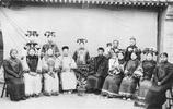 老照片:清朝末期一妻多妾罕見照,妻妾年齡差距大,圖5男子強勢