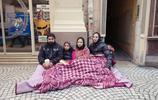 這些難民生活在巴黎街頭,一家四口合蓋一條毛毯