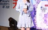 李沁白色印花淺藍色V領喇叭袖連衣裙 五角星高跟鞋俏皮少女