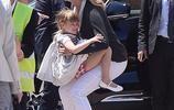 烏瑪·瑟曼戛納街邊抱女兒母愛滿滿 小蘿莉變樹袋熊超黏人