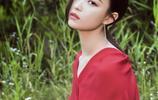 倪妮一襲紅裙變身草叢中的絕美仙子,溫柔與冷豔並存