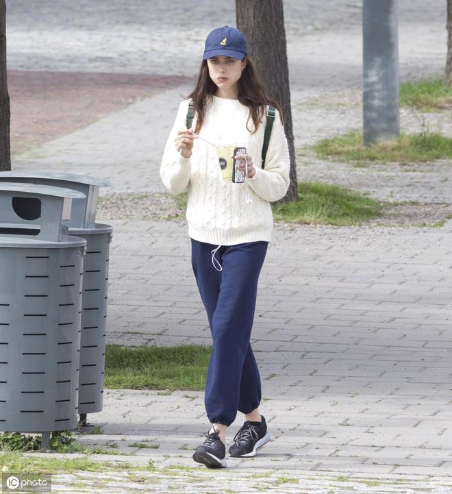 瑪格麗特·庫裡現身街頭,穿搭隨意,高顏值就是任性