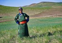 這位內蒙古老藝術家,在草原上一邊放牧,一邊唱長調讚美生活