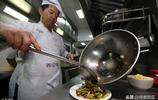 飯店廚師炒菜為何都用勺子?飯店大廚說出其中奧祕!
