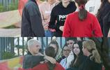 賈斯汀·比伯與朋友們的親密擁抱
