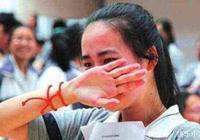 高考第一天,女考生出考場痛哭,我考不上大學了,媽媽的回答亮了
