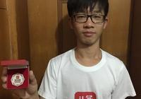 """廣州22歲小夥助走失老人回家 頭條尋人為他頒發""""尋人之星""""獎章"""