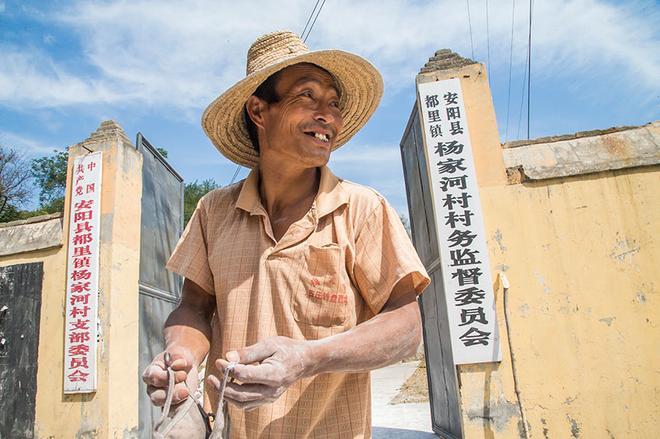 貧困村裡有一位單身漢,雙腿殘疾行走不便,他毅力頑強看咋樣脫貧