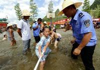 荔浦:青山鎮留守兒童在水中拔河