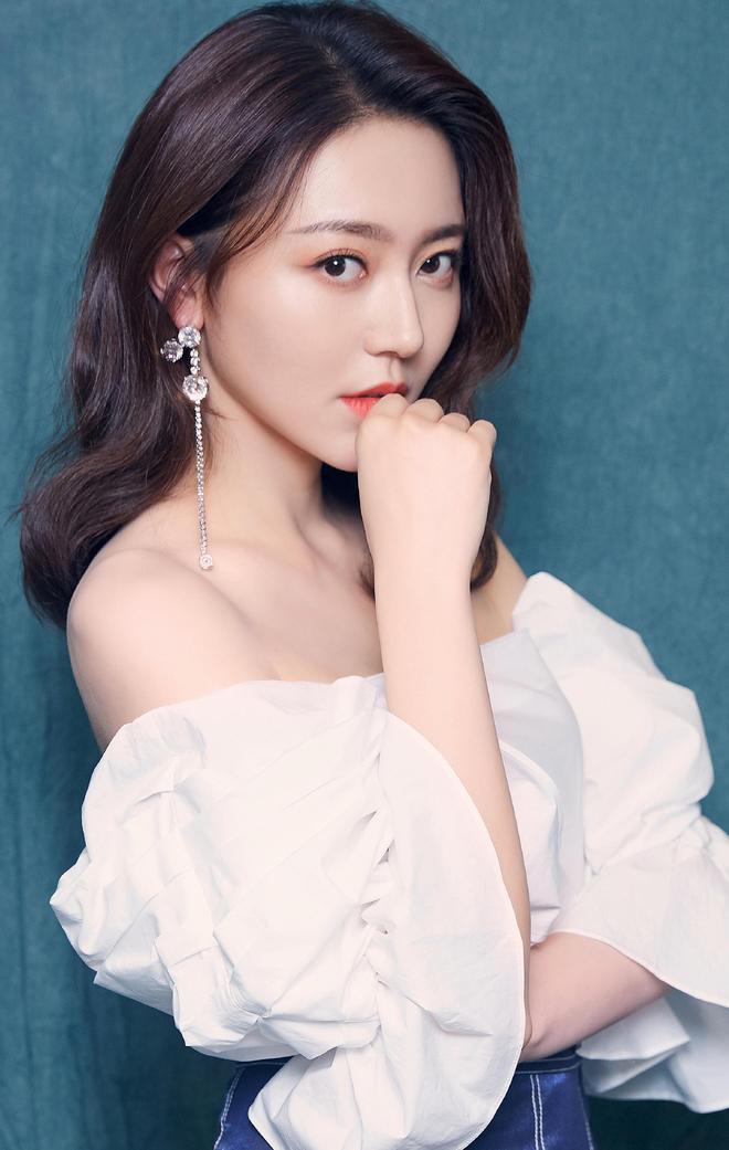 黃夢瑩新劇宣傳美圖,白色泡泡袖上衣搭配藍色荷葉邊裙子甜美俏皮